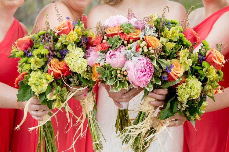 Если есть что-то, что может легко испортить свадебный бюджет, так это выход флориста из-под контроля. Хотя было бы неплохо иметь алтарь, сложные цветочные композиции для каждого стола и специальное цветочное украшение для торта в дополнение ко всем стандартным букетам, бутоньеркам и корсажам, покупка всех этих цветов может быть очень дорогой. Цветы оптом могут быть идеальным ответом на проблемы вашего свадебного бюджета. Покупка цветов в Интернете позволит вам получить именно тот цветок, который вы хотели, за небольшую часть цены, которую флорист будет взимать с вас за стебель. Вы также сможете сэкономить, закупив цветы оптом. Хотя вы можете купить только 25 стеблей одного цветка, вам может понадобиться больше, чем других. Если для свадебных цветов вы используете в основном розы и лилии, вам может понадобиться пара сотен каждого из них. Покупая розы в наборах по 100 стеблей, вы сэкономите еще больше денег. Хотя может показаться отличной идеей собрать свои собственные букеты, бутоньерки, корсажи и аранжировки, это займет у вас много времени и добавит много стресса всего за день или два до свадьбы. Однако то, что вы заказываете свадебные цветы онлайн, не означает, что у вас не может быть красивых букетов и композиций. Вы можете заказать заранее подготовленные мероприятия для свадьбы онлайн. Это означает, что когда ваш заказ поступит за несколько дней до свадьбы, ваши корсажи и бутоньерки будут уже собраны, ваши букеты будут связаны, и ваш стол будет идеальным. Это сделает вашу жизнь менее напряженной в дни, предшествующие свадьбе, и при этом сэкономит кучу денег. Если возникнет необходимость урезать свадебный бюджет даже больше, чем вы изначально думали, вы всегда можете выбрать цветок чуть дешевле. Вместо того, чтобы использовать в основном розы и лилии, вы можете использовать меньше лилий и больше более дешевых цветов, таких как ромашки, гвоздики или гортензии. Поскольку вам не нужно заказывать цветы оптом за месяц или два до свадьбы, вы будете точно знать, сколько 